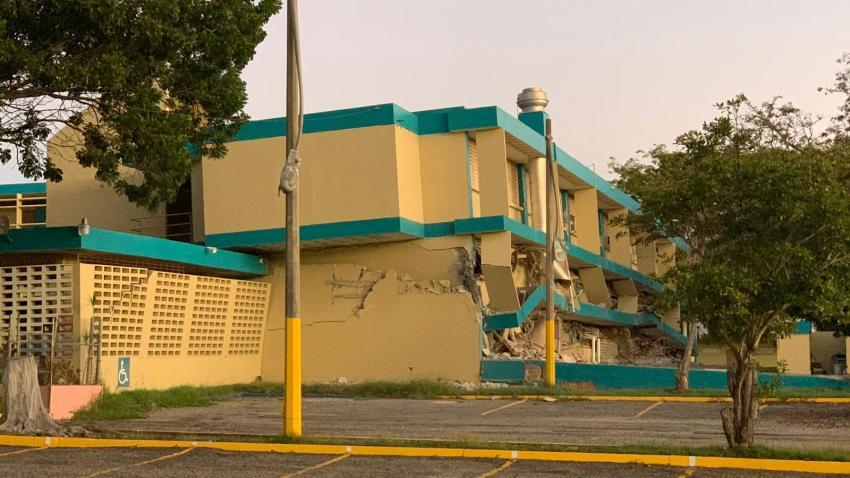 En la imagen, colapsa la Escuela Agripina Seda en Guánica.