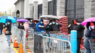 Estadounidenses se alinean para comprar productos en supermercados como Walmart por temor a la pandemia de COVID-19.