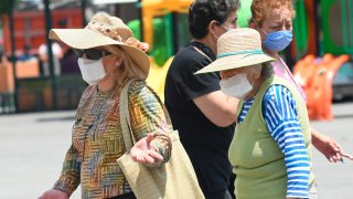 Adultos mayores con mascarillas pasean en Ciudad de México