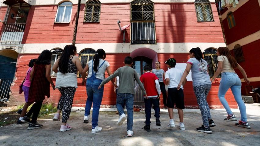 Niños y niñas juegan en Ciudad de México.
