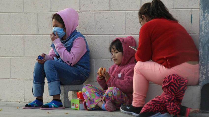 Niñas migrantes descansan.
