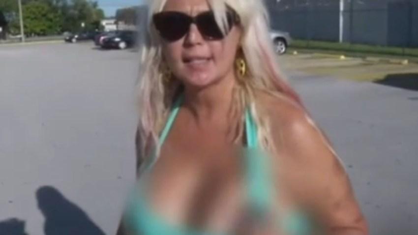 mujer-muestra-senos