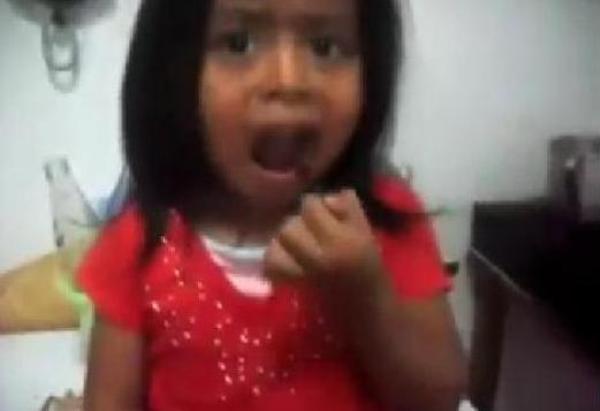 tlmd_nina_come_cucharacha_guatemala1