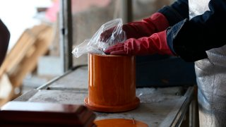 Urnas con cenizas en crematorio mexicano