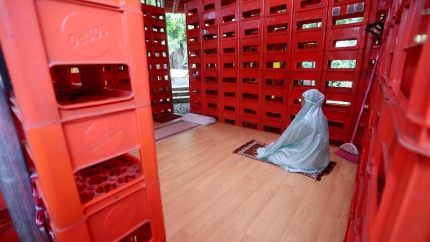 Construida con más de mil cajas de botellas de plástico, esta mezquita ha generado expectación entre los visitantes de la cafetería Kebun Ide quienes ahora pueden realizar sus oraciones en el colorido lugar.