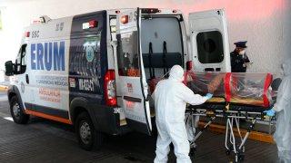 Ambulancia traslada a enfermo en México