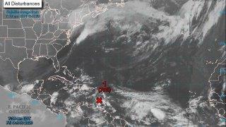 Fotografía satelital cedida hoy, por la Oficina Nacional de Administración Oceánica y Atmosférica (NOAA) por vía del Centro Nacional de Huracanes (NHC) donde se muestra la localización de la onda tropical en el Caribe.