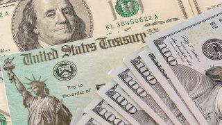 dinero_cheque_shutterstock_1704791407