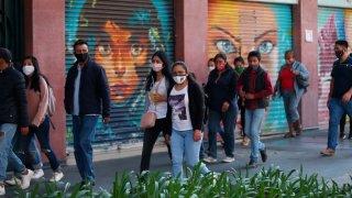 Personas caminan junto a comercios cerrados en Ciudad de México