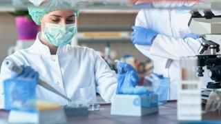 laboratoria_prueba_doctores_shutterstock_1672607143