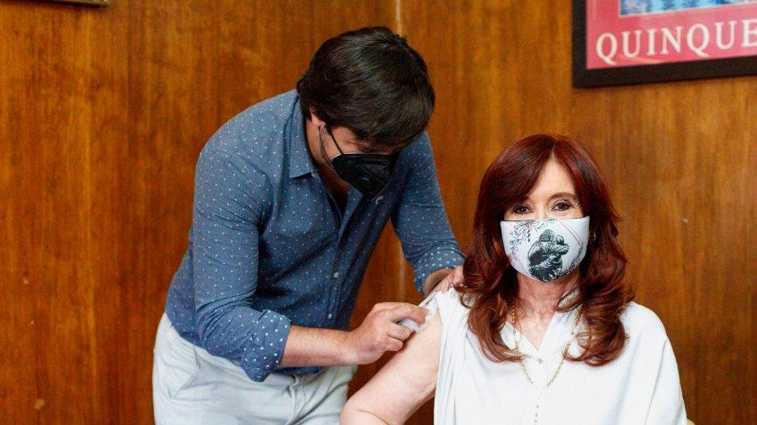 Fotografía cedida por el Frente de Todos muestra a la vicepresidenta de Argentina, Cristina Fernández de Kirchner, mientras se vacuna con la Sputnik-V en en el Hospital Presidente Perón de Avellaneda, en la provincia de Buenos Aires (Argentina).