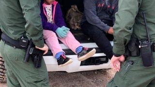 Fotografía de archivo donde aparecen dos agentes de la Patrulla Fronteriza mientras atienden a unos niños en un punto del área conocido como Quitobaquito, en la frontera de Arizona con México (EEUU).