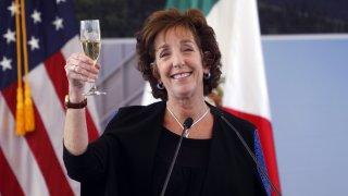 Roberta Jacobson brinca con una copa en la mano