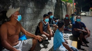 Migrantes duermen en las calles de Chiapas