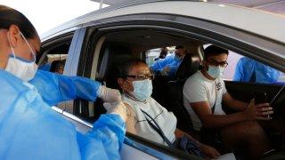Enfermera vacuna a mujer adulta en su automóvil, en Tonalá, Jalisco