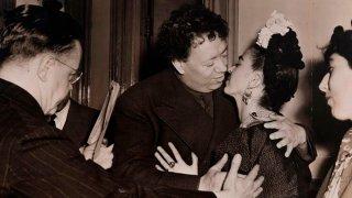 Fotografía del beso de Diego Rivera a Frida Kahlo el día de su boda