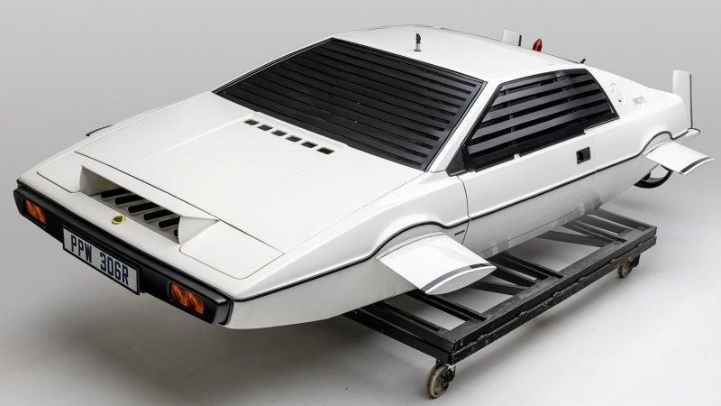 Inauguran la exhibición más grande de autos de James Bond en California