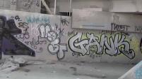 """Autoridades intentan que zonas privadas y públicas esten libres de paredes pintadas, usualmente por gente que quiere """"marcar"""" territorio."""