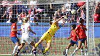 La arquera chilena defiende su arco contra la campeona Lloyd en el partido por la Copa Mundial Femenina de la FIFA Francia 2019.