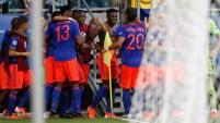 Duván Zapata de Colombia celebra con sus compañeros de equipo después de anotar el segundo gol de su equipo durante el partido de la...