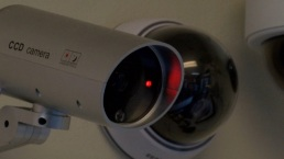 Arrestan a dueño de casa por grabar a sus inquilinos