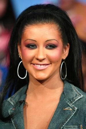 Christina aguilera luce una cabellera negra lacia que hace resaltar