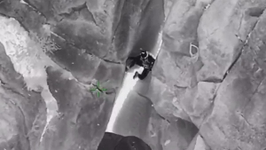 En video: cae al vacío, pero su instinto de supervivencia lo salva