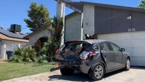 Conductor choca contra vehículo y casa en East LV