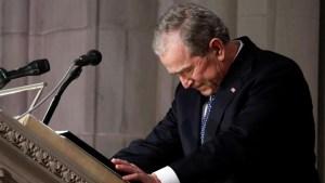 El expresidente Bush se quiebra en el tributo a su padre