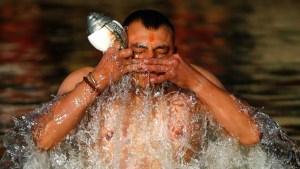 Increíble ritual: se lavan pecados en ríos de agua helada