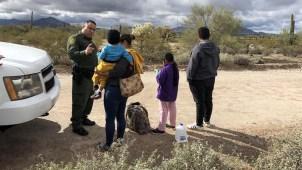 Ordenan cese de deportaciones de familias reunificadas