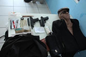 """""""Abuelo"""" bandido: insólito robo a banco con máscara súperreal"""