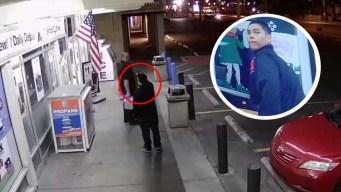 Ladrón apunta a víctima que se retira caminando