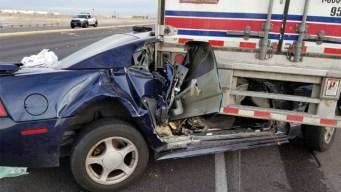 Impactante choque entre un automóvil y un trailer en Las Vegas Blvd