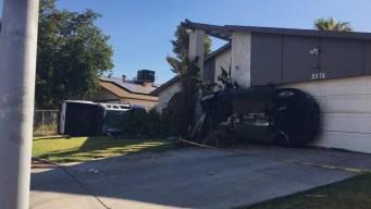 Dos vehículos terminan atravesando casa de Las Vegas