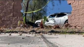 Conductor a la fuga tras chocar muro y 2 carros