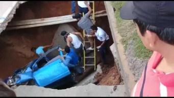Dos mujeres se salvan de morir en un auto tras caer en un socavón