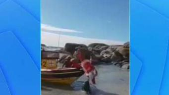 En video: estrepitosa caída de Santa Claus en una playa