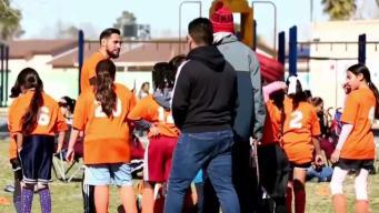 Hispano ayuda a niñas dejando experiencias con fútbol