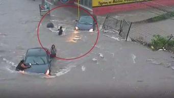 Se la traga una alcantarilla en plena inundación