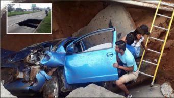 Se hundió la tierra y socavón se las traga en su auto