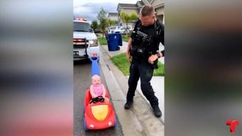 """Policía """"detiene"""" a conductora que se burla de él"""