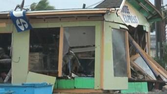 Postes y paredes derrumbadas, Panama City tras Michael