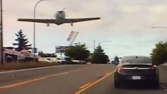 Captado en video: avioneta aterriza en una transitada avenida