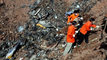 Avión con 66 personas se estrella contra una montaña