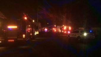 Incendio en lote de remolque quema 150 vehículos