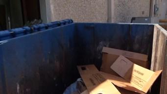 Hombre se atora y termina aplastado por camión de basura