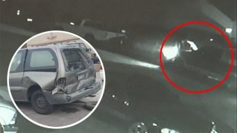 Camioneta huye tras chocar con vehículos estacionados
