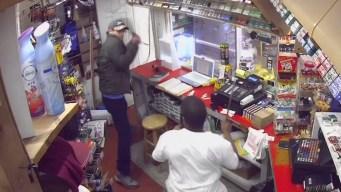 En video: ladrón y empleado se trenzan a machetazos