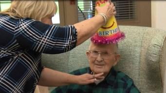 Tierno y bromista: abuelito celebra su cumpleaños número 100